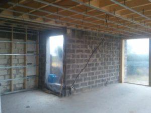 plafond-avec-ossature-stil-f530-sous-solives-bois-et-laine-de-verre-2